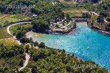 Jelsa - pláže Malo a Velo Grebišće s piesočným dnom, ostrov Hvar, Chorvátsko