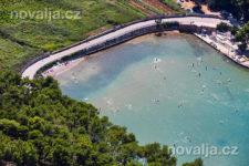 Jelsa - písečná pláž Mina, ostrov Hvar, Chorvatsko