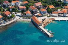 Jelsa - okruhliaková pláž v centre, ostrov Hvar, Chorvátsko