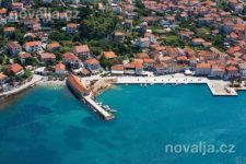 Jelsa - oblázková pláž v centru, ostrov Hvar, Chorvatsko