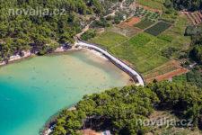 Jelsa - piesočná pláž Mina, ostrov Hvar, Chorvátsko
