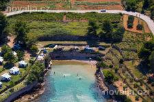 Jelsa - pláž Malo Grebišće s písečným dnem, ostrov Hvar, Chorvatsko