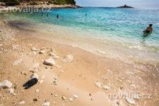 Oblázková pláž Pokonji Dol, město Hvar