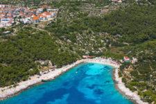 Oblázková pláž Pokonji Dol, město Hvar, letecký pohled